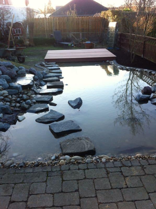Teichanlage mit Holzterrasse